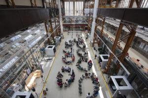 Deelnemers van de luisterdag verzamelen zich in de RDM-hal.ag