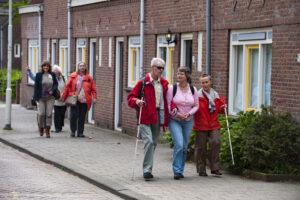 Deelnemers van de geluidswandeling door Tuindorp Heijplaat.