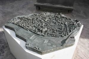 Dit is een foto van de bronzen maquette van de stad Deventer