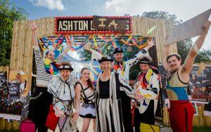Ashton brothers poseren in hun kostuums voor welkomstpoort Ashtonia.
