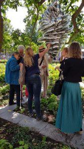 Foto impressie van de afgelopen rondleiding op 3 juli. Een aantal blinden raken een hangend object van de kunstenares Louise Bourgeois.