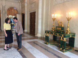 Hannes Wallrafen samen met conservator Laura Smeets op verkenningstocht door het paleis.