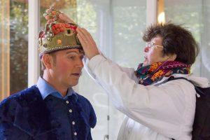 Vrouw raakt kroon van Shakespeare acteur aan.