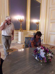 Joyce zetelt in koninklijke stoel.