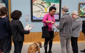 Rondleiding in museum met blinde deelnemers.