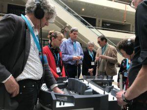 Mensen staan rondom de audiomaquette.