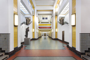 Lege centrale hal van het Kunstmuseum Den Haag