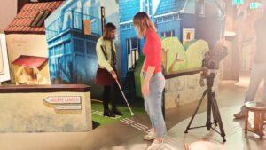 Blind meisje verkend de junior tentoonstelling.