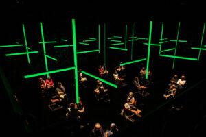 Voorstelling blindness waarbij het publiek zich op gepaste afstand op het podium bevindt.
