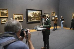 Blinde man test de draagbare maquette uit in het Rijksmuseum