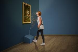 Vrouw ruikt aan geurdispenser in het Mauritshuis