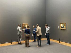 Groep mensen staan voor het melkmeisje van Vermeer