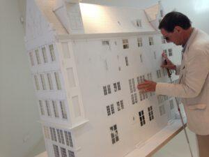 Hannes Wallrafen verkent met zijn handen de maquette van Museum Ons' Lieve Heer op Solder