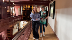 Blinde bezoeker volgt samen met haar begeleider de audiotour in Museum Ons' Lieve Heer op Solder